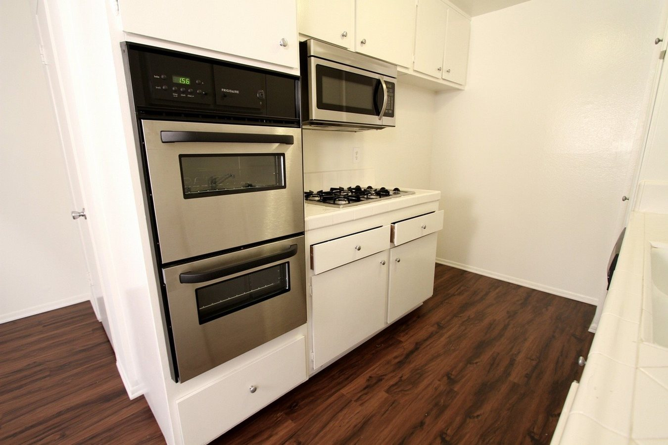 2 Bedrooms 2 Bathrooms Apartment for rent at Riverside Deluxe Apartments in Sherman Oaks, CA