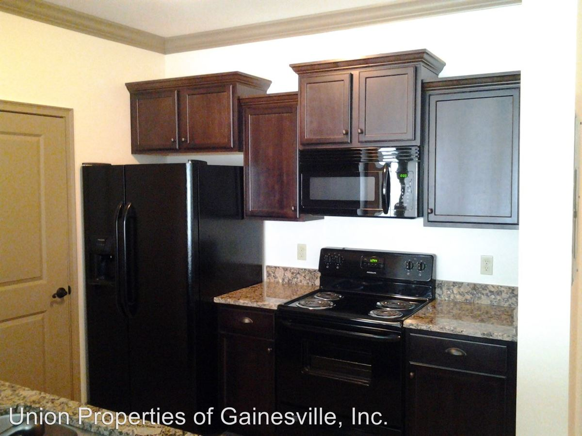 4 Bedrooms 2 Bathrooms Apartment for rent at Woodbury Row in Gainesville, FL