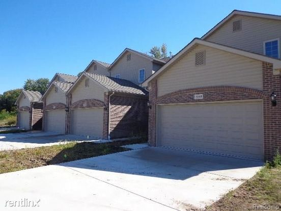 3 Bedrooms 2 Bathrooms House for rent at 29110 Timber Woods Dr in Chesterfield, MI