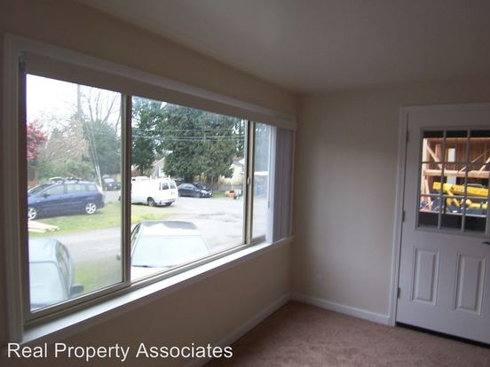 2 Bedrooms 1 Bathroom Apartment for rent at 9511 Roosevelt Way Ne in Seattle, WA
