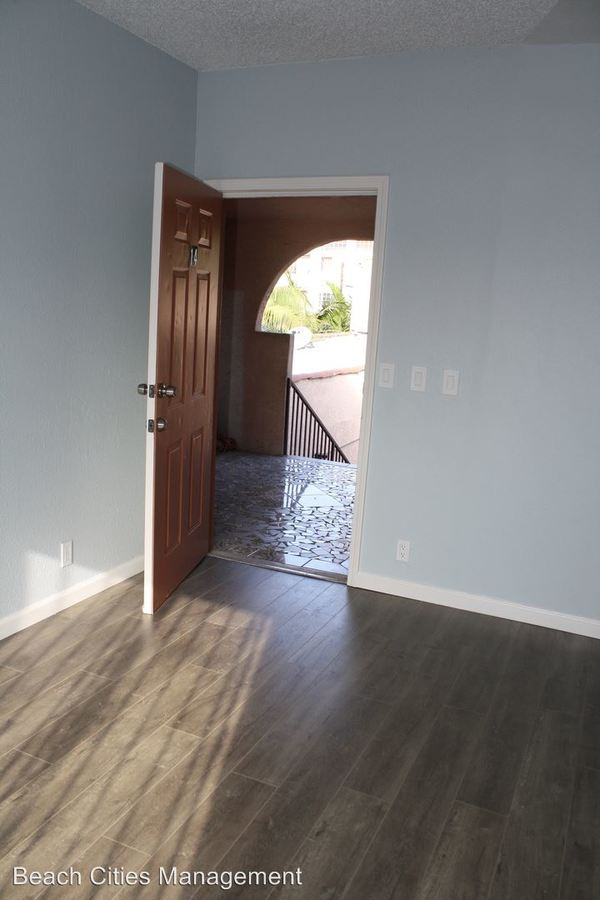 3 Bedrooms 2 Bathrooms Apartment for rent at 1033 Hoffman Ave in Long Beach, CA