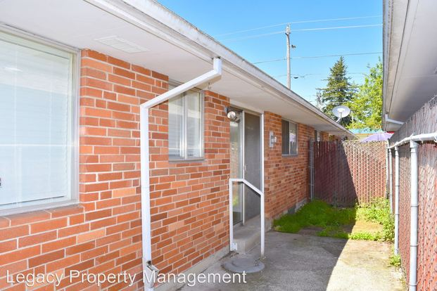 2 Bedrooms 1 Bathroom Apartment for rent at 14808 14932 E Burnside in Portland, OR