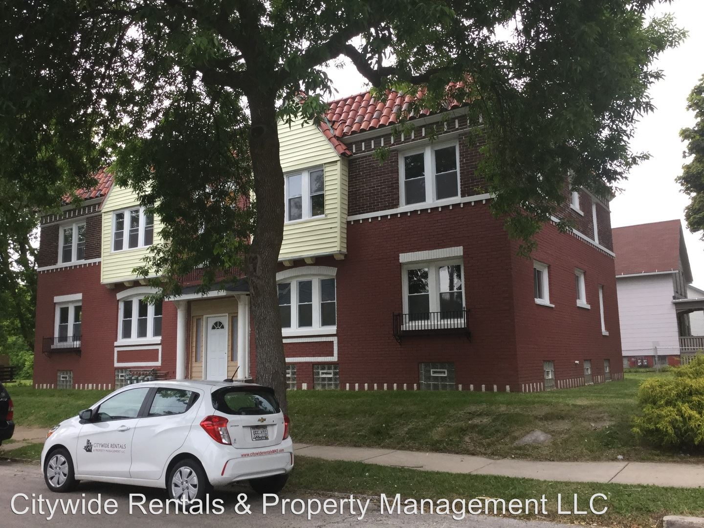 Similar Apartment at 1402 W Meinecke Ave