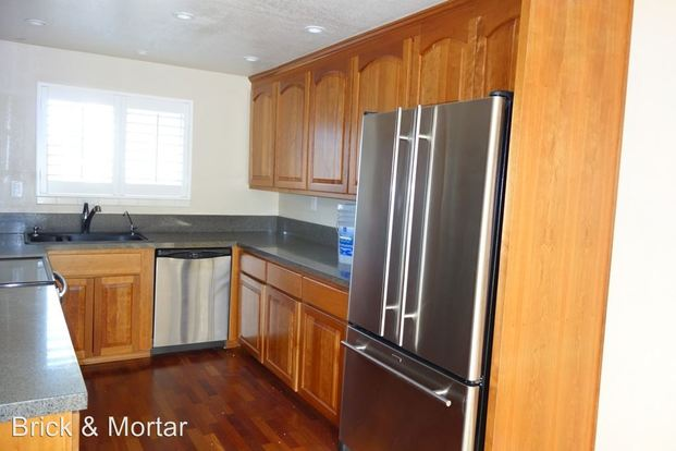 3 Bedrooms 2 Bathrooms Apartment for rent at 520 & 524 Ne 112th St. in Seattle, WA