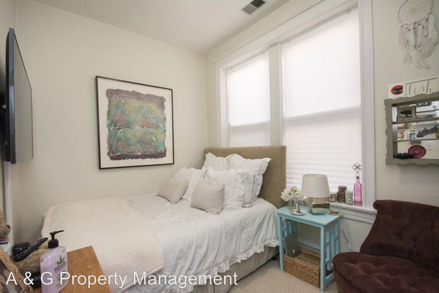 3 Bedrooms 2 Bathrooms Apartment for rent at 2102 N. Sheffield in Chicago, IL