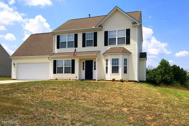 3 Bedrooms 2 Bathrooms House for rent at 11305 Silver Glen Lane in Charlotte, NC