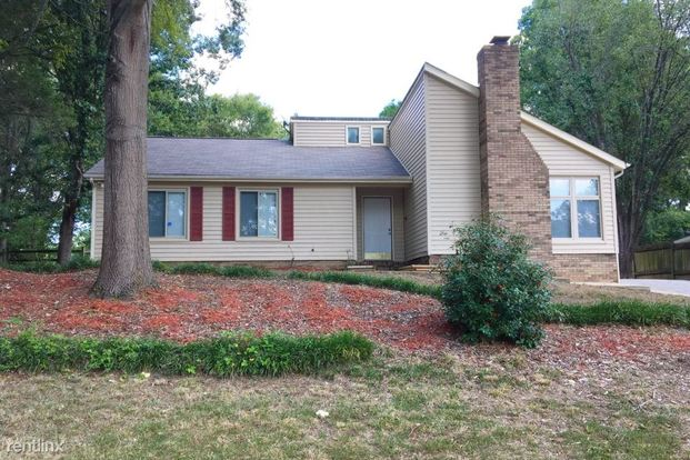 3 Bedrooms 2 Bathrooms House for rent at 10442 Camelback Circle in Charlotte, NC
