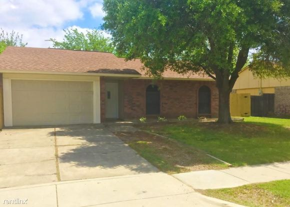 3 Bedrooms 2 Bathrooms House for rent at 413 S Willow Street in Mansfield, TX