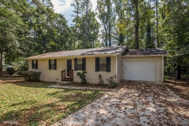 3 Bedrooms 2 Bathrooms House for rent at 3638 Mansfield Lane in Snellville, GA