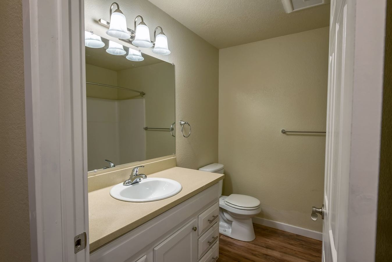 2 Bedrooms 1 Bathroom Apartment for rent at 12526 Meridian Avenue South in Everett, WA