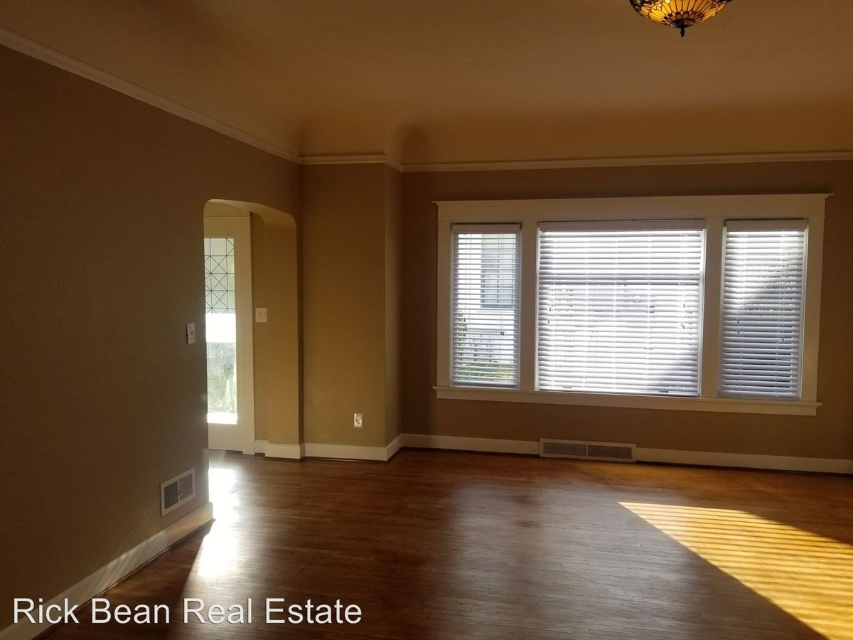 2 Bedrooms 1 Bathroom Apartment for rent at 4325 Ne Halsey Street in Portland, OR