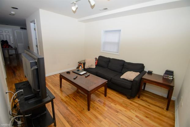 2 Bedrooms 1 Bathroom House for rent at 1433 W Oakdale Ave in Chicago, IL