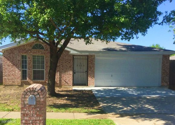 3 Bedrooms 2 Bathrooms House for rent at 215 Moss Hill Drive in Arlington, TX