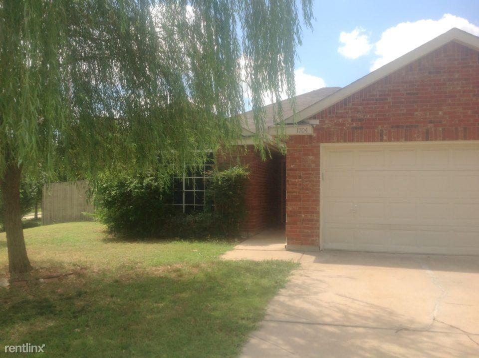 3 Bedrooms 2 Bathrooms House for rent at 1704 Fern Drive in Mansfield, TX