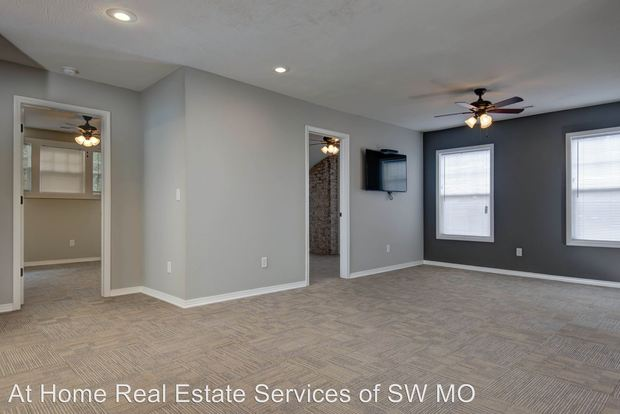 4 Bedrooms 2 Bathrooms Apartment for rent at 1221 E. Elm in Springfield, MO