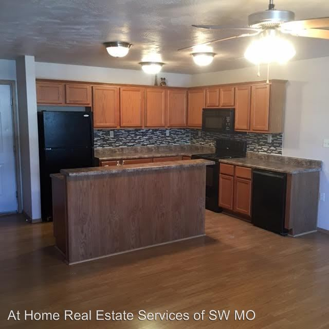 4 Bedrooms 2 Bathrooms Apartment for rent at Robberson Apartments in Springfield, MO