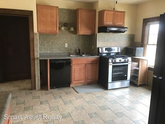 2 Bedrooms 1 Bathroom Apartment for rent at 1647 N Astor in Milwaukee, WI