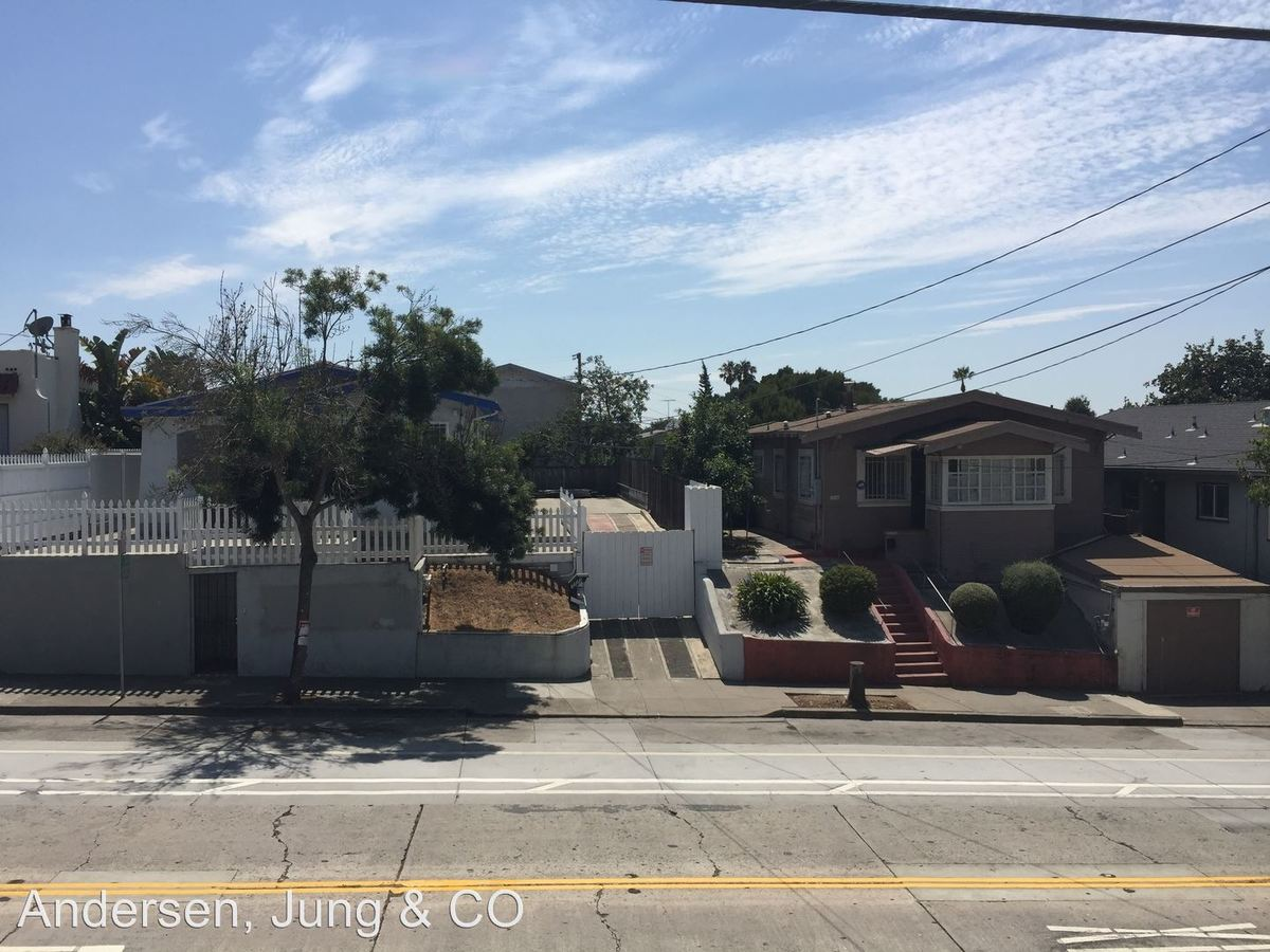 2 Bedrooms 1 Bathroom Apartment for rent at 3320 Macarthur Blvd in Oakland, CA