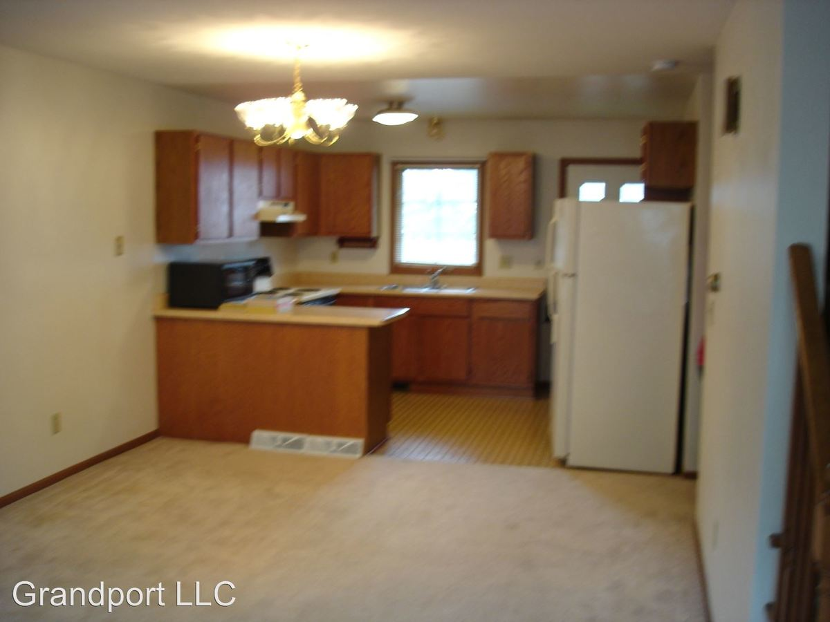4 Bedrooms 2 Bathrooms Apartment for rent at 465 - 473 W Grand Ave in Port Washington, WI