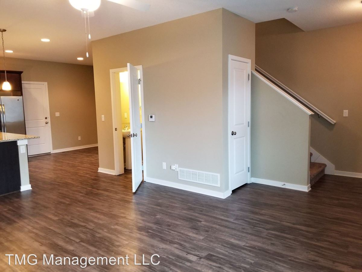 4 Bedrooms 3 Bathrooms Apartment for rent at 9061 Burkwood Dr in West Des Moines, IA
