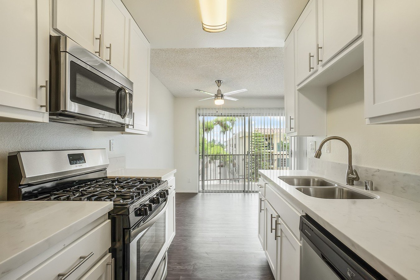 2 Bedrooms 2 Bathrooms Apartment for rent at Chateau Vincennes in Northridge, CA