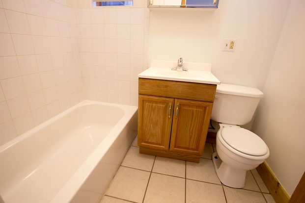 3 Bedrooms 1 Bathroom Apartment for rent at 5401-5403 S. Woodlawn Avenue in Chicago, IL