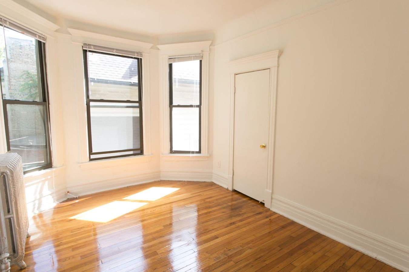 4 Bedrooms 1 Bathroom Apartment for rent at 5401-5403 S. Woodlawn Avenue in Chicago, IL
