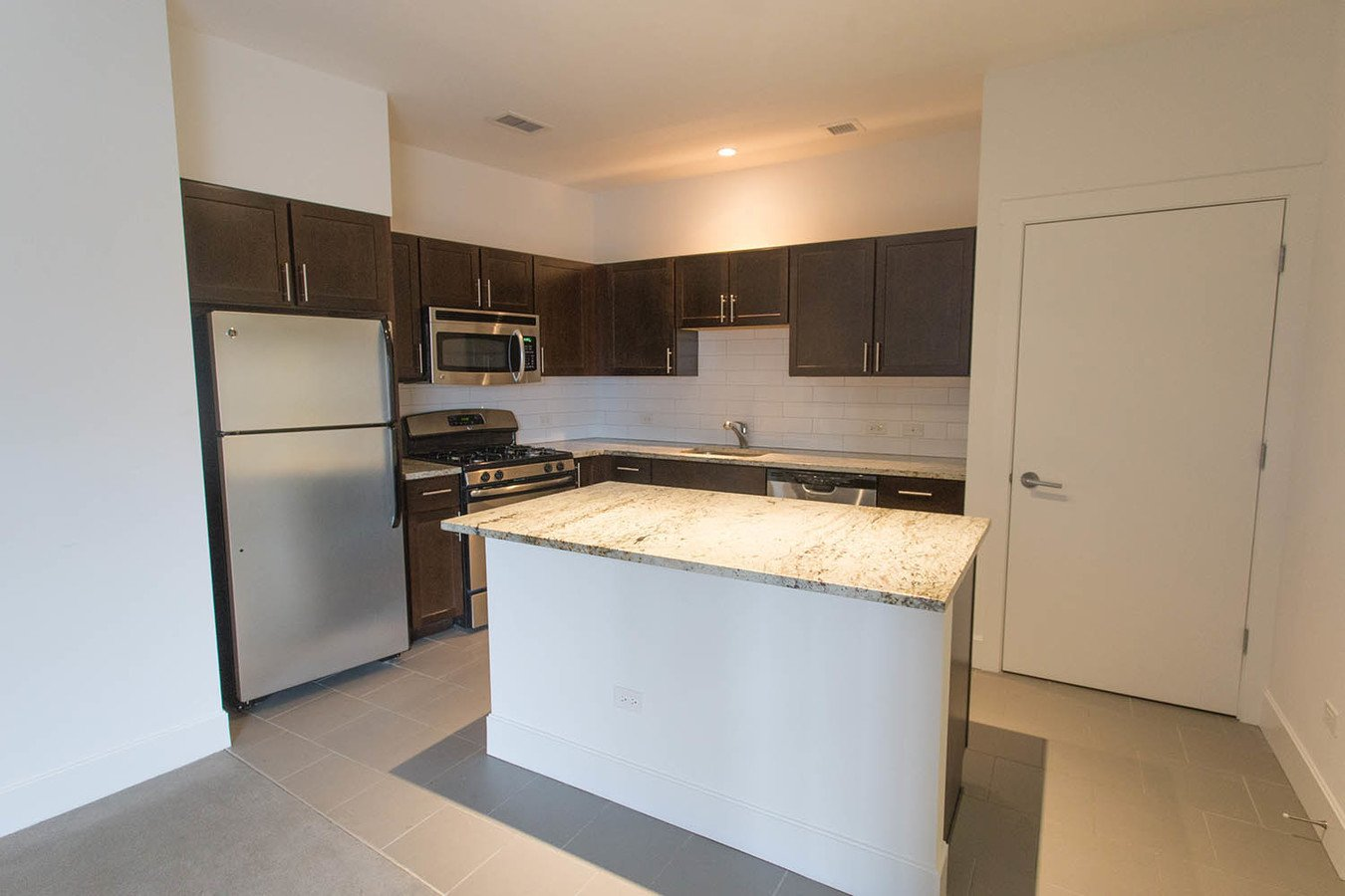 3 Bedrooms 3 Bathrooms Apartment for rent at Shoreland in Chicago, IL