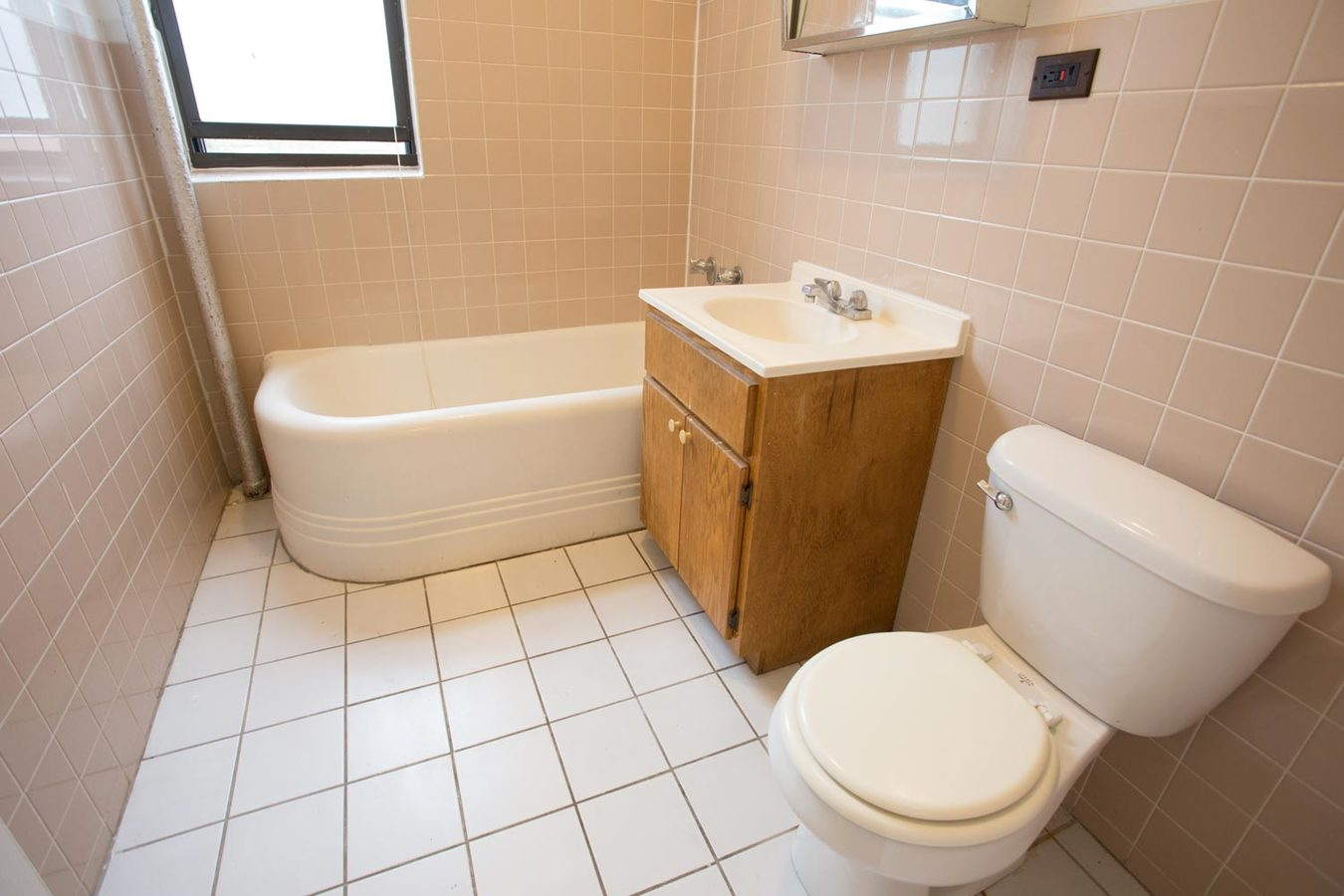 2 Bedrooms 1 Bathroom Apartment for rent at 5416 S. Woodlawn Avenue in Chicago, IL