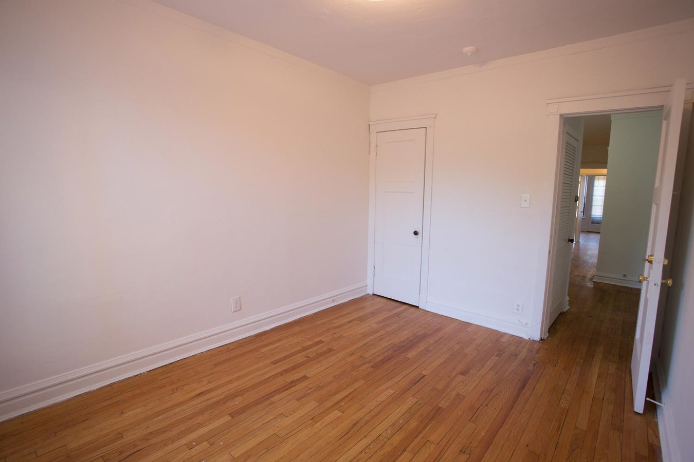 3 Bedrooms 2 Bathrooms Apartment for rent at 5452 S. Ellis Avenue in Chicago, IL
