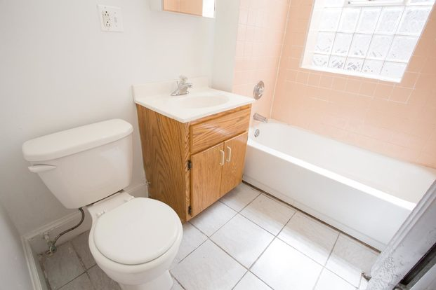 3 Bedrooms 1 Bathroom Apartment for rent at 5300-5308 S. Greenwood Avenue in Chicago, IL
