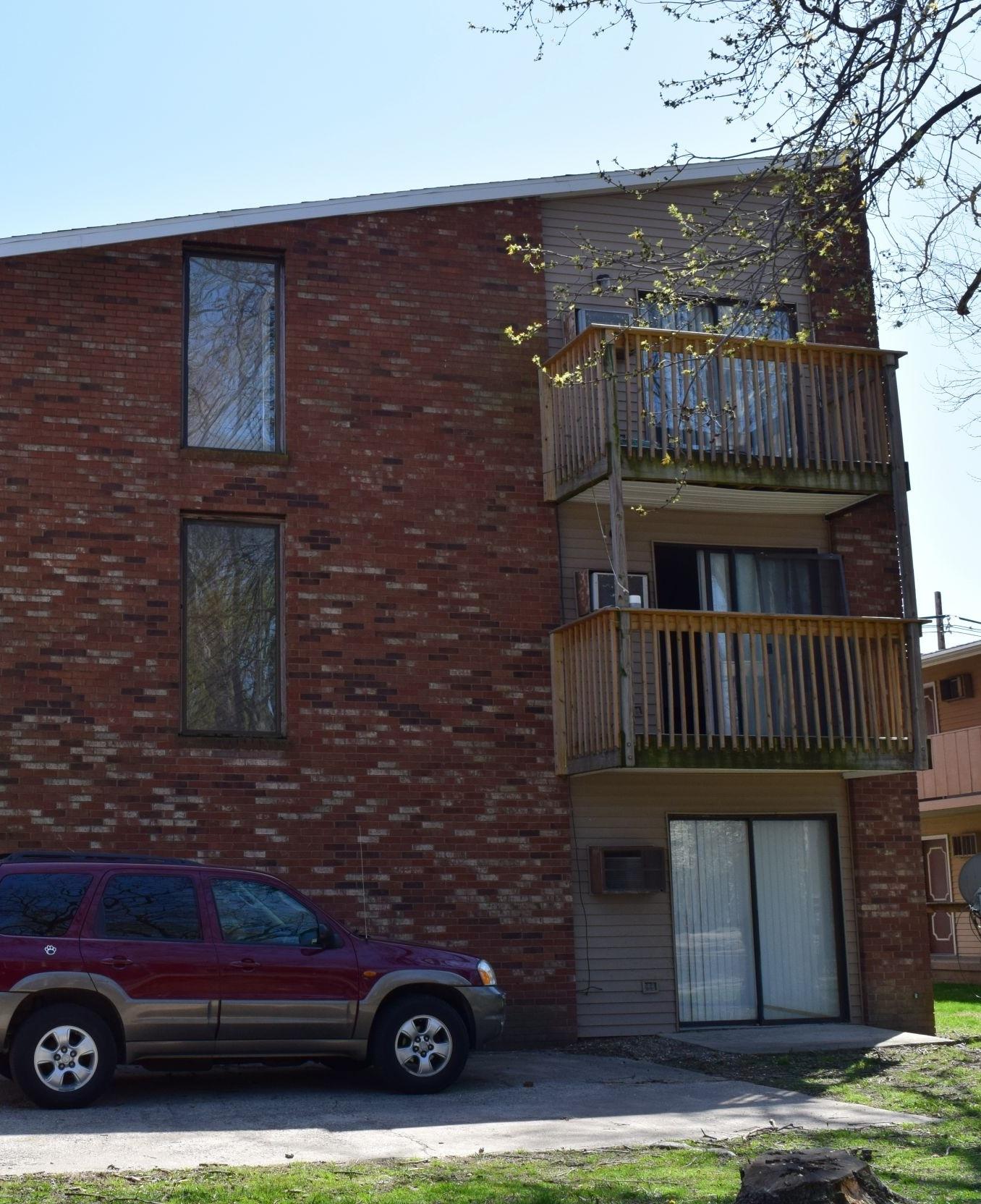 Apartments Near University of Illinois 305 E. White St for University of Illinois Students in Champaign, IL